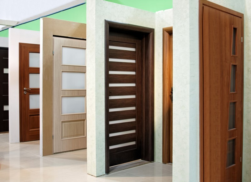 Jak na renovaci starých dveří? Moderní řešení představují obložkové zárubně
