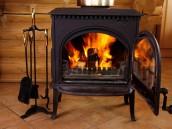 Zplodiny ze spalování v krbu mají vysokou teplotu, zdroj: shutterstock.com
